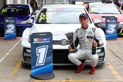 Ganador de la carrera 2 Dan Lloyd, West Coast Racing VW Golf