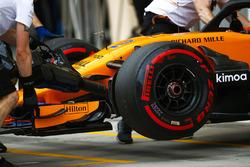 McLaren engineers move the car of Stoffel Vandoorne, McLaren MCL33 Renault