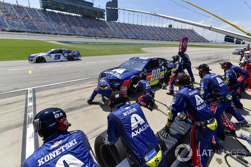Alex Bowman, Hendrick Motorsports, Chevrolet Camaro Axalta, effettua un pit stop, Sunoco