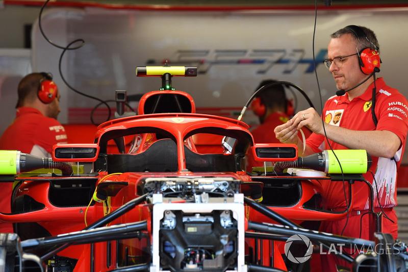 Ferrari SF71H en el garaje con espejos de halo