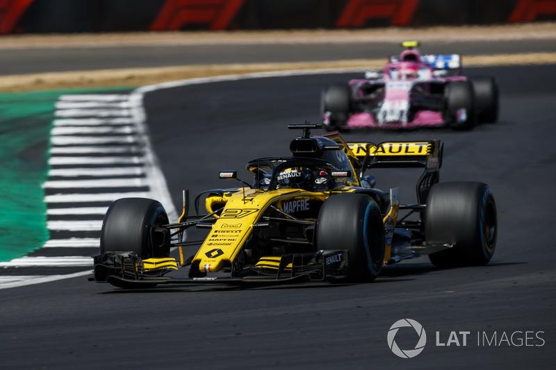 Nico Hulkenberg, Renault Sport F1 Team R.S. 18, devant Esteban Ocon, Force India VJM11