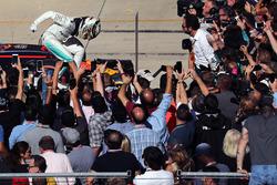 Il vincitore della gara Lewis Hamilton, Mercedes AMG F1 festeggia nel parco chiuso