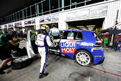 Pit stop, #130 Liqui Moly Team Engstler Volkswagen Golf GTi TCR: Luca Engstler, Florian Thoma, Benja