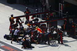Max Verstappen, Red Bull Racing RB14 Tag Heuer, effettua un pit stop