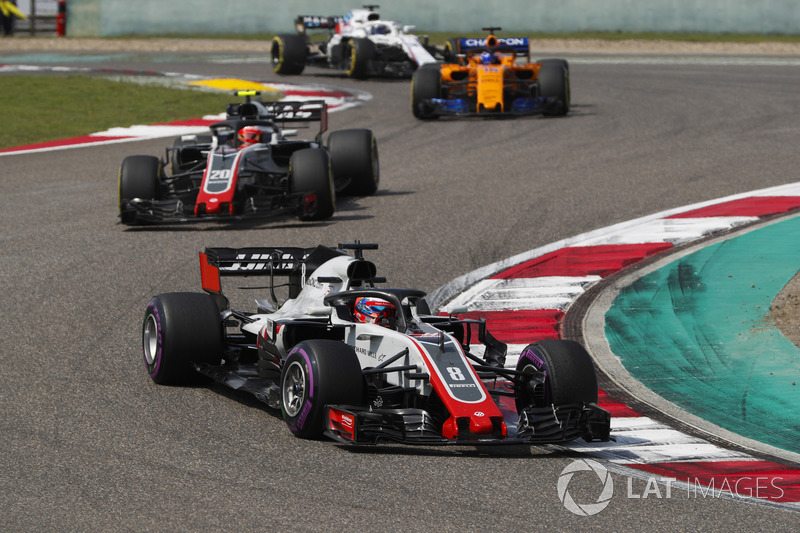 Romain Grosjean, Haas F1 Team VF-18 Ferrari, Kevin Magnussen, Haas F1 Team VF-18 Ferrari, e Fernando Alonso, McLaren MCL33 Renault