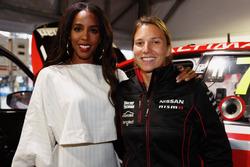 L'ancienne chanteuse des Destiny's Child Kelly Rowland discute avec Simona de Silvestro, Nissan Motorsports