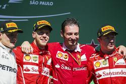 Podyum: 2. Valtteri Bottas, Mercedes AMG F1, Yarış galibi Sebastian Vettel, Ferrari, Giuseppe Vietina, Operasyon menajeri, Ferrari, 3. Kimi Raikkonen, Ferrari