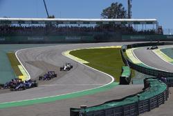 Pierre Gasly, Scuderia Toro Rosso STR12, Marcus Ericsson, Sauber C36, Brendon Hartley, Scuderia Toro Rosso STR12, Lance Stroll, Williams FW40, chase the pack at the start