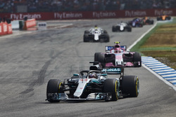 Lewis Hamilton, Mercedes AMG F1 W09, voor Esteban Ocon, Force India VJM11