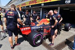 Les mécaniciens travaillent sur la Red Bull Racing RB14