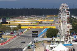Valtteri Bottas, Mercedes AMG F1 W09, y Kimi Raikkonen, Ferrari SF71H, Max Verstappen, Red Bull Racing RB14 al inicio