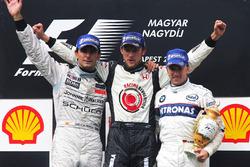Podio: il secondo classificato Pedro de la Rosa, McLaren, il vincitore della gara Jenson Button, Honda e il terzo classificato Nick Heidfeld, BMW Sauber F1