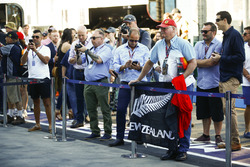 Un fan de Brendon Hartley, Toro Rosso, con una bandera en el pit lane