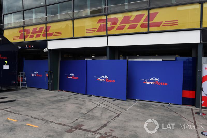 Paravento davanti al garage della Scuderia Toro Rosso