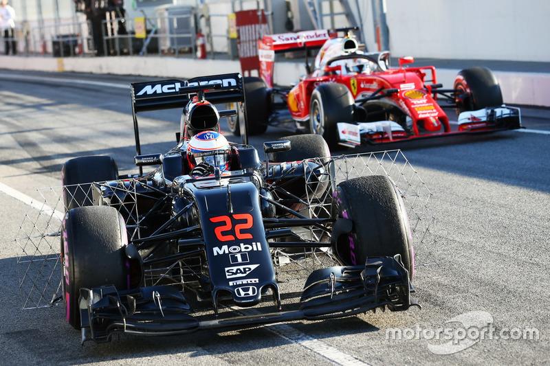 Jenson Button, McLaren MP4-31 ve Sebastian Vettel, Ferrari SF16-H Halo kokpit