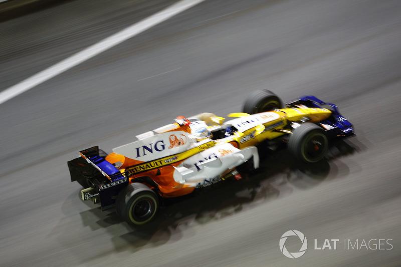 Несмотря на огромный отрыв, Алонсо очень нервничал на последнем круге и ехал буквально в метрах от поребриков, опасаясь повредить машину