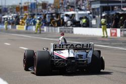 Josef Newgarden, Team Penske Chevrolet au stand avec une crevaison