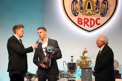 Paddy Hopkirk presenta el Trofeo Graham Hill a Harrison Scott
