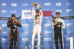 Podium: Race winner Esteban Guerrieri, Honda Racing Team JAS, Honda Civic WTCC, second place Rob Huf
