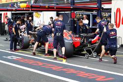 Max Verstappen, Red Bull Racing RB14, regresa a pits
