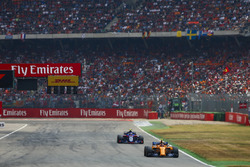 Стоффель Вандорн, McLaren MCL33, и Пьер Гасли, Scuderia Toro Rosso STR13