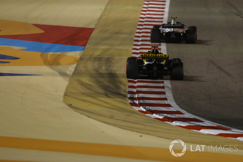 Kevin Magnussen, Haas F1 Team VF-18 Ferrari, Nico Hulkenberg, Renault Sport F1 Team R.S. 18