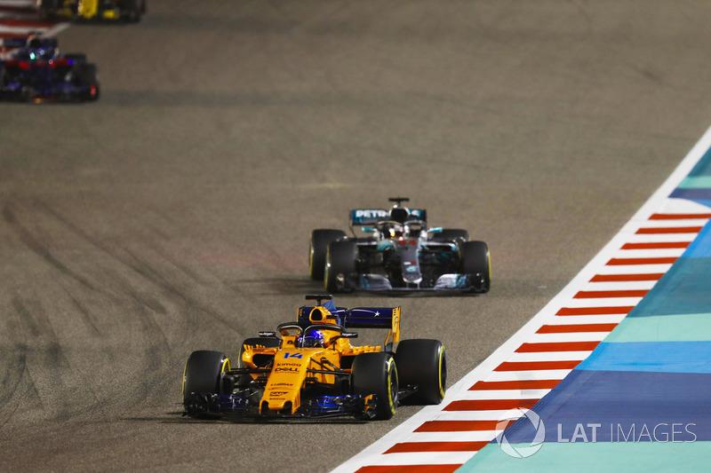 Fernando Alonso, McLaren MCL33 Renault, leads Lewis Hamilton, Mercedes AMG F1 W09