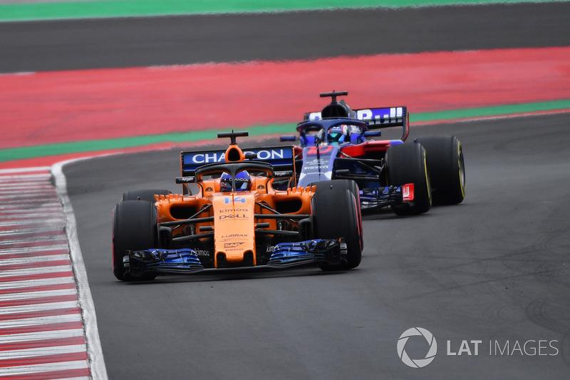 Fernando Alonso, McLaren MCL33 y Pierre Gasly, Scuderia Toro Rosso STR13