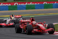 Kimi Raikkonen, Ferrari F2007 devant Lewis Hamilton, McLaren MP4/22