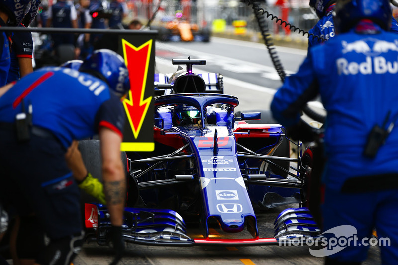Brendon Hartley, Toro Rosso STR13, in the pits during practice