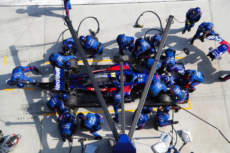 Pierre Gasly, Toro Rosso STR13 Honda, in de pits