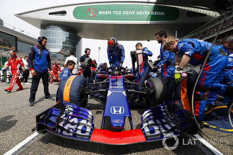El equipo de Toro Rosso prepara el coche de Brendon Hartley, Toro Rosso STR13 Honda, en la parrilla
