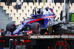 The remains of the Brendon Hartley, Toro Rosso STR13, is lowered onto a truck after a heavy accident in FP3