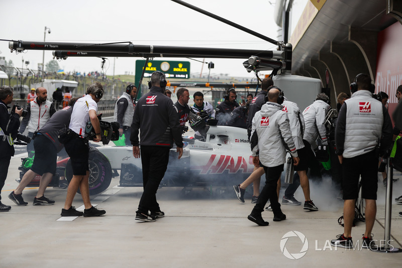 Mobil Haas F1 Team VF-18 Ferrari Romain Grosjean berasap di pitbox