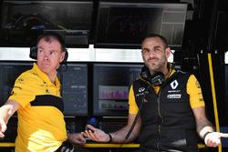 Гоночный инженер Renault Sport F1 Team Алан Пермейн и управляющий директор команды Сириль Абитбуль