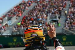 Stoffel Vandoorne, McLaren walks in after hitting the wall in FP2