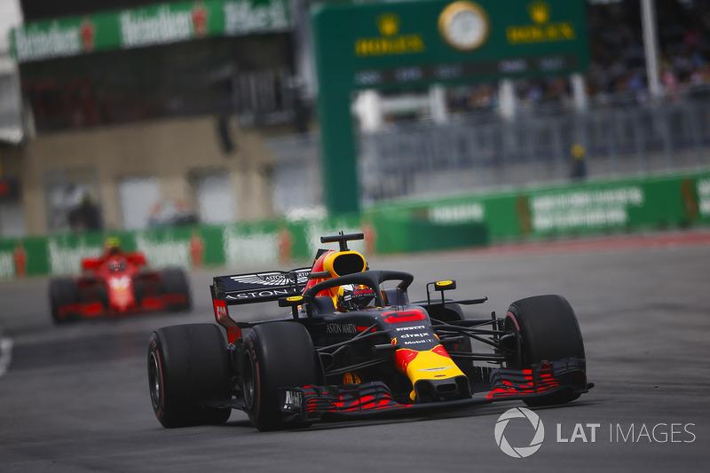 Daniel Ricciardo, Red Bull Racing RB14, por delante de Kimi Raikkonen, Ferrari SF71H