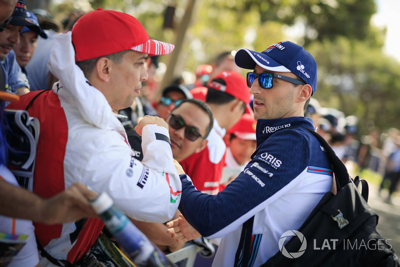 Robert Kubica, Williams imza dağıtıyor