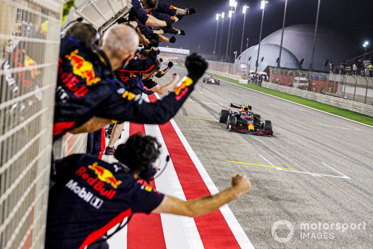 Alex Albon, Red Bull Racing RB16 melintasi garis finis di F1 GP Bahrain