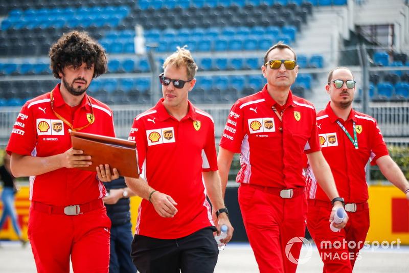 Sebastian Vettel, Ferrari, parcourt la piste à pied