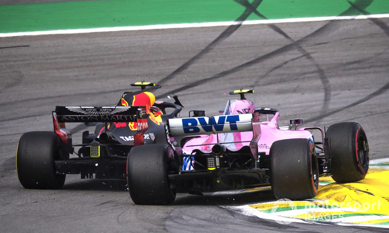 Лідер гонки Макс Ферстаппен, Red Bull Racing RB14 потрапив в аварію з Естебаном Оконом, Racing Point Force India VJM11