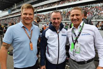 Boris Rotenberg, Paddy Lowe, actionnaire et directeur technique de Williams Shareholder et Mika Salo sur la grille