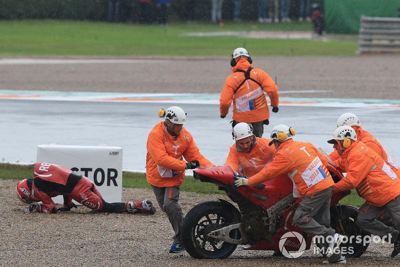 Aleix Espargaro, Aprilia Racing Team Gresini, después de su caída