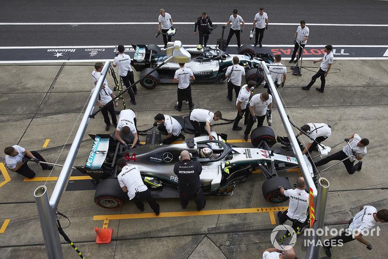 Lewis Hamilton, Mercedes AMG F1 W09 EQ Power+, ai box durante le Qualifiche