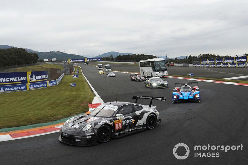 #88 Dempsey Proton Competition Porsche 911 RSR: Matteo Cairoli, S Hoshino, Giorgio Roda with circuit safari bus
