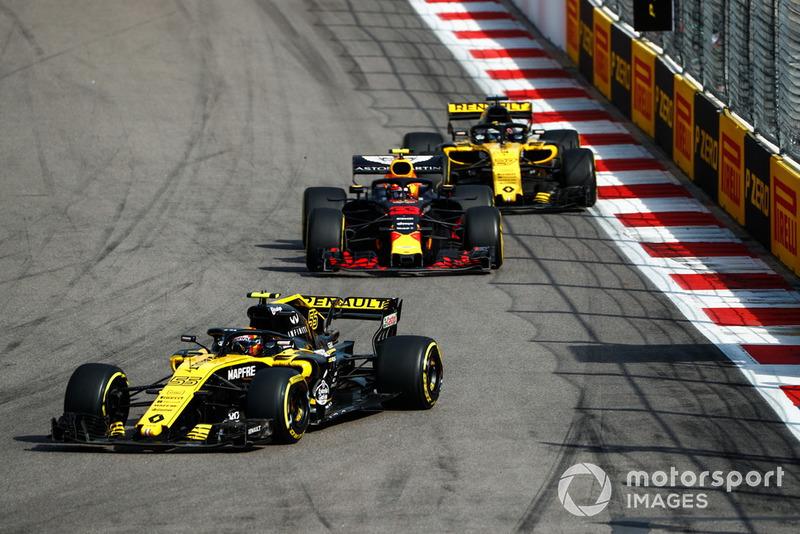 Carlos Sainz Jr., Renault Sport F1 Team R.S. 18, precede Max Verstappen, Red Bull Racing RB14, e Nico Hulkenberg, Renault Sport F1 Team R.S. 18