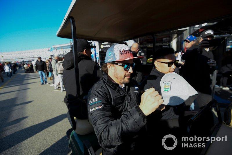 #10 Konica Minolta Cadillac DPi-V.R. Cadillac DPi, DPi: Fernando Alonso Firma de autógrafos en la carrera de la mañana.