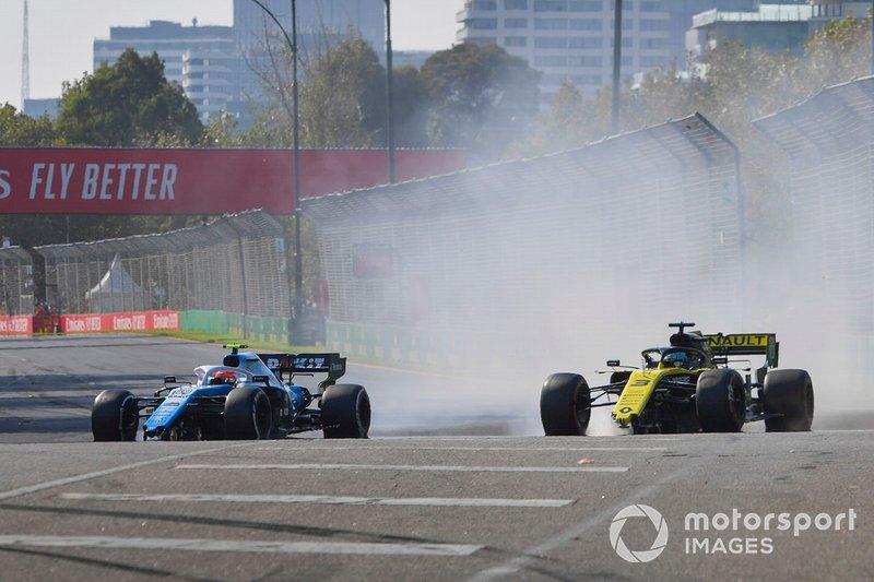 Robert Kubica, Williams FW42 y Daniel Ricciardo, Renault R.S.19 con daños al inicio de la carrera