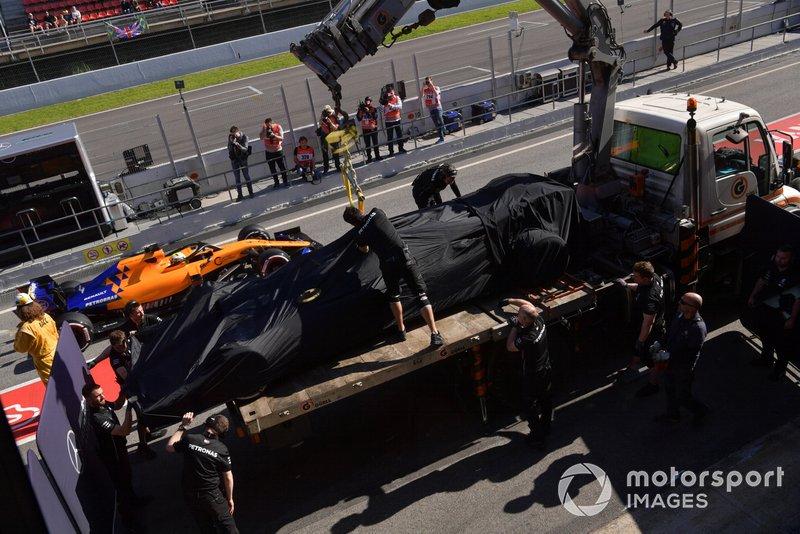 La monoposto di Valtteri Bottas, Mercedes-AMG F1 W10 viene riportata ai box