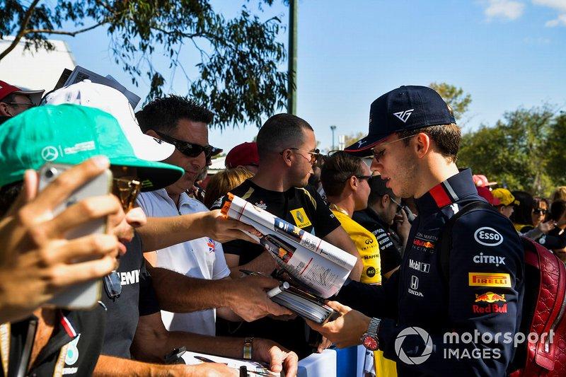 Pierre Gasly, Red Bull Racing firma autógrafos para los aficionados.